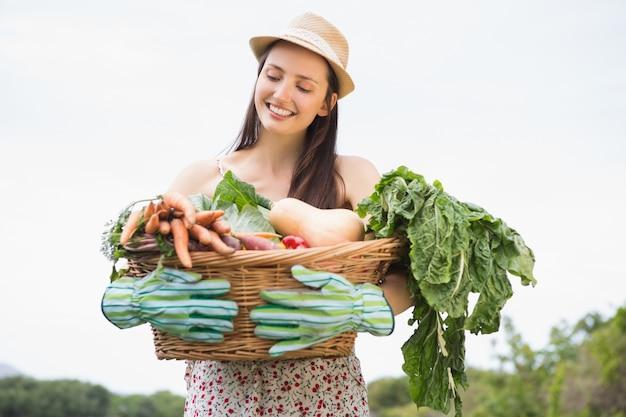 야채 바구니와 예쁜 여자