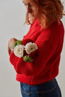 아름다운 폭시 머리를 가진 예쁜 여자는 장미 꽃다발을 들고 있습니다. 봄과 여름 휴가. 아름다움, 패션 개념입니다.