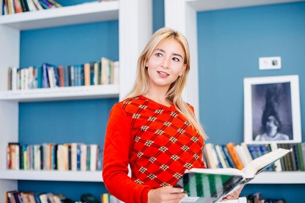 Bella donna con il libro