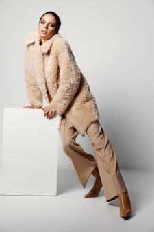 明るいメイクのきれいな女性秋のファッションホームスタジオ
