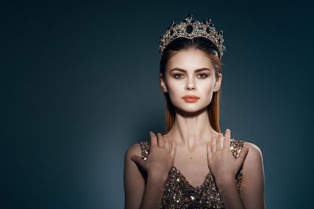 Красивая женщина с короной на голове яркий макияж роскошное украшение