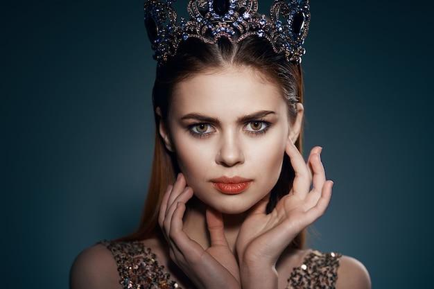 그녀의 머리 공주 매력적인 장식 모델에 왕관과 함께 예쁜 여자