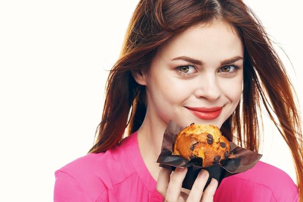 그녀의 손 스낵 과자에 컵 케 잌은 예쁜 여자