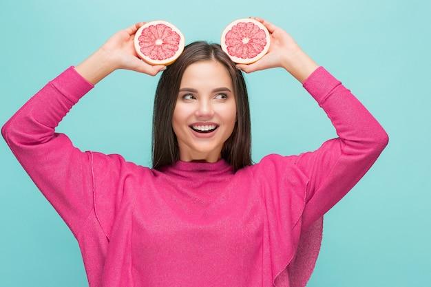 Красивая женщина с вкусным грейпфрутом на руках