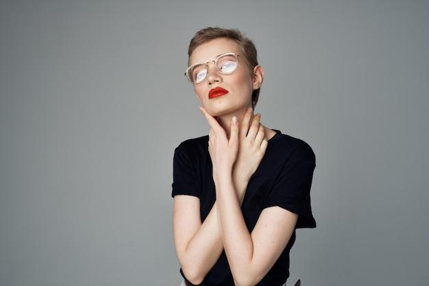 メガネファッション暗い背景を持つきれいな女性