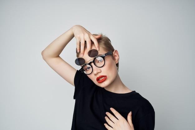 안경 매력적인 거리 스타일을 가진 예쁜 여자