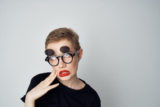 Красивая женщина в очках гламур уличного стиля