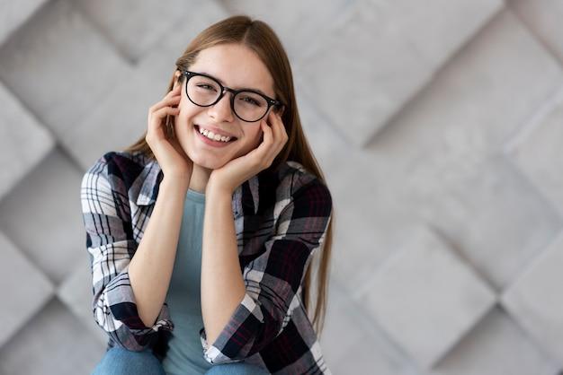 Красивая женщина в очках, глядя на камеру