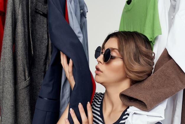 옷장 스튜디오 라이프 스타일 근처에서 안경을 쓴 예쁜 여자