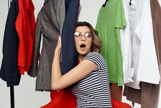 옷이 게 쇼핑 중독 감정에 안경을 쓴 예쁜 여자
