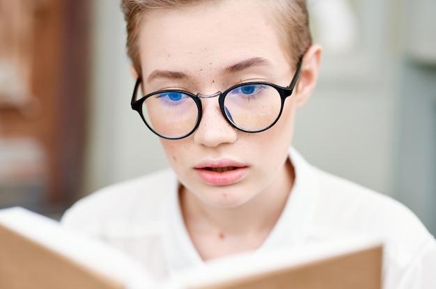 책 커뮤니케이션으로 도시를 산책하는 안경을 쓴 예쁜 여자