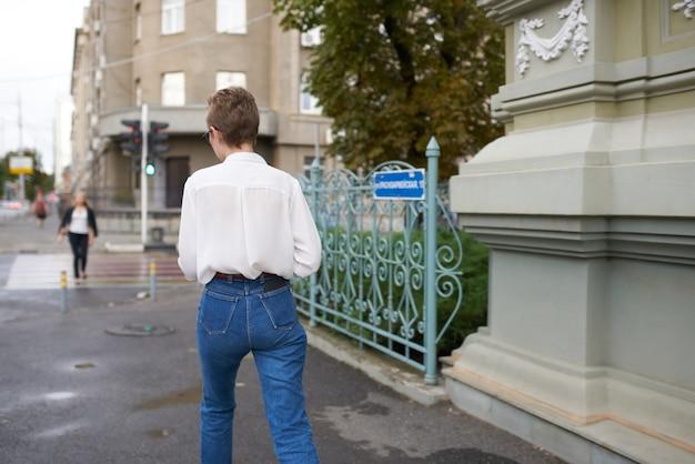 本のライフスタイルで街を歩く眼鏡をかけたきれいな女性