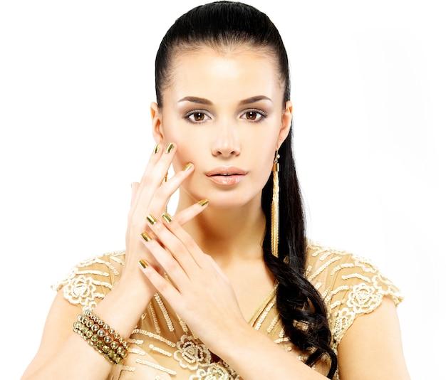 황금 손톱과 흰색에 고립 된 아름 다운 금 보석 예쁜 여자