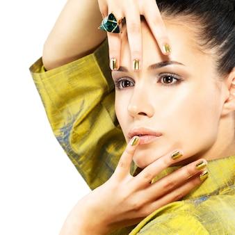 황금 손톱과 아름다운 보석 에메랄드와 예쁜 여자