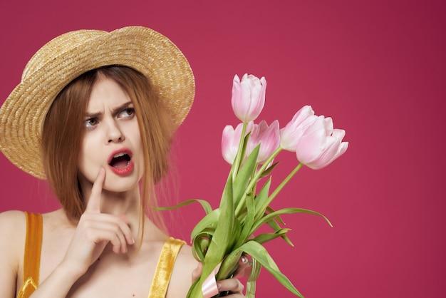 花の帽子の花束を持ったきれいな女性ロマンスギフトクローズアップ