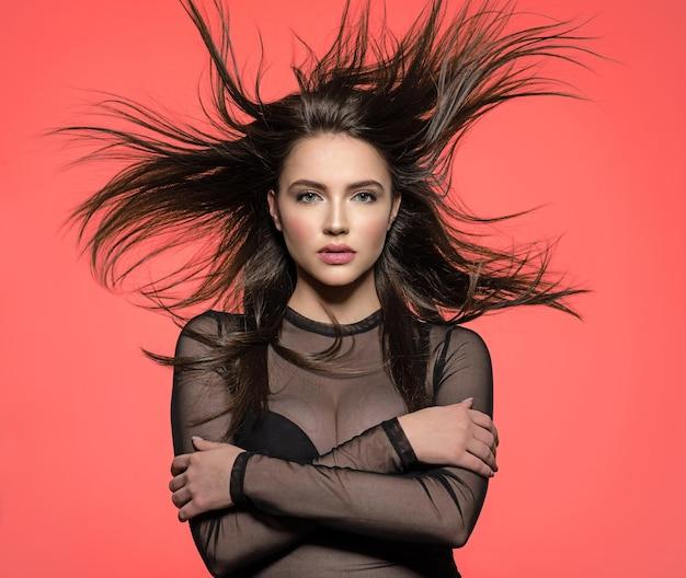 긴 직선 갈색 머리를 가진 예쁜 여자 아름다움 긴 갈색 머리를 가진 여자입니다. 긴 직선 머리를 가진 패션 모델.