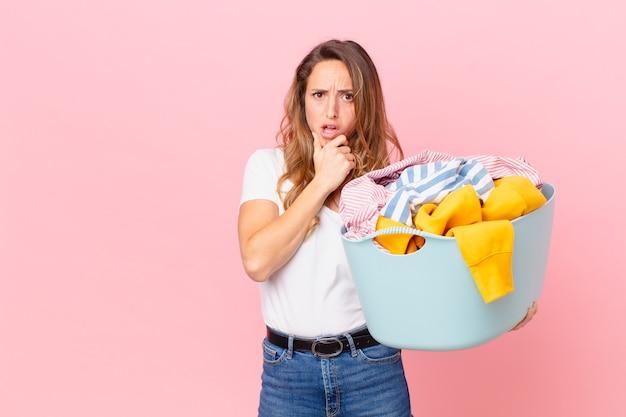 口と目を大きく開いて、あごと洗濯服を手にしたきれいな女性。