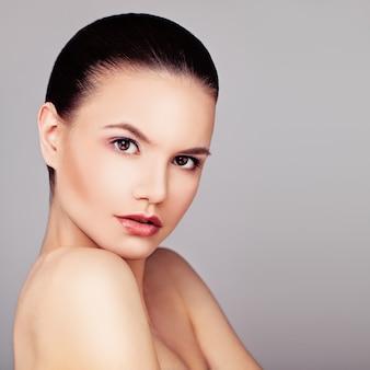 Красотка с натуральным макияжем и идеальной кожей