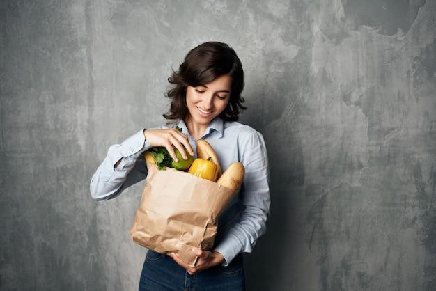 식료품 슈퍼마켓 건강 식품 패키지와 함께 예쁜 여자