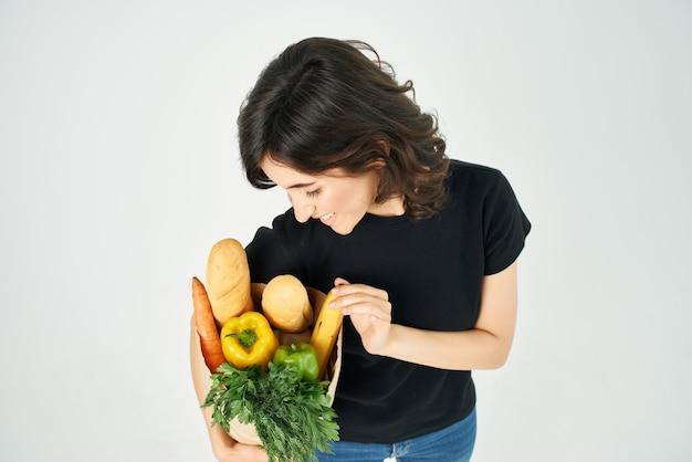 식료품 야채 건강 식품 배달의 패키지와 함께 예쁜 여자