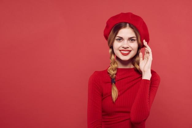 おさげ髪のきれいな女性楽しい赤い唇の豪華なスタジオのポーズ。高品質の写真
