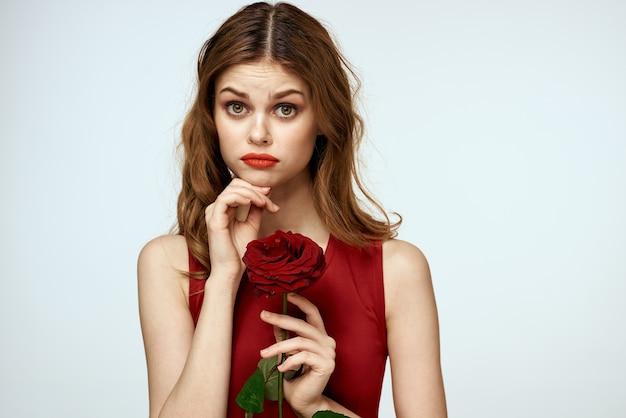 Красивая женщина с розой в руках