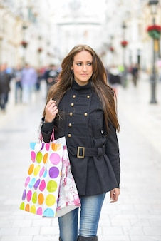 ストリートでのショッピングバッグときれいな女性