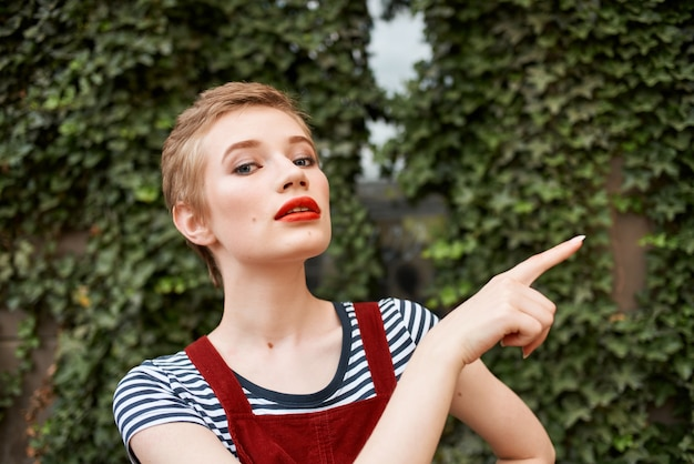 短い髪と赤い唇のライフスタイルファッションロマンスを持つきれいな女性