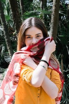 絹のスカーフでかわいい女性