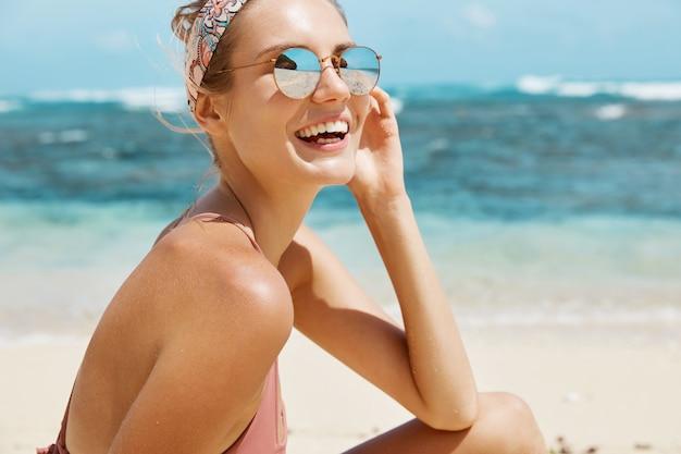 선글라스와 수영복 해변에서 예쁜 여자
