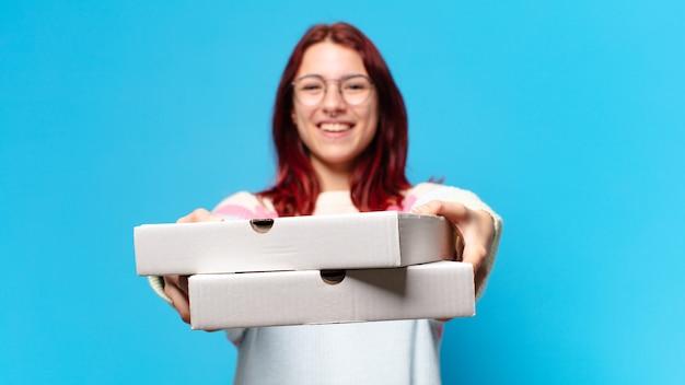 받아 멀리 피자 상자와 예쁜 여자