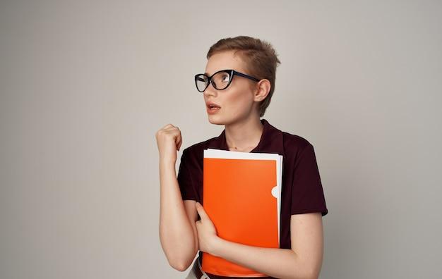 Красивая женщина без официальной оранжевой папки населения в руке.