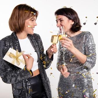 Красивые женщины празднуют новый год дома