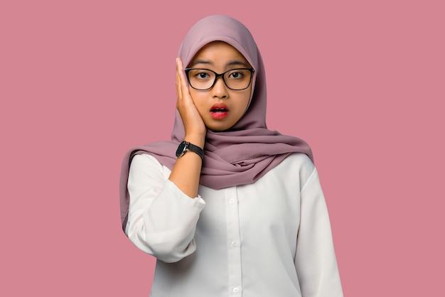 Довольно молодая азиатская женщина потрясена и смущена