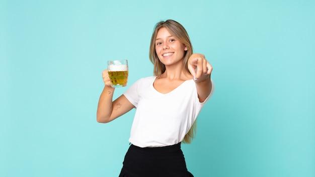 ビールのパイントを持っているかなり若いブロンドの女性