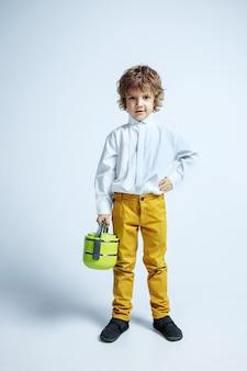 화이트 스튜디오에 캐주얼 옷에 아주 어린 소년