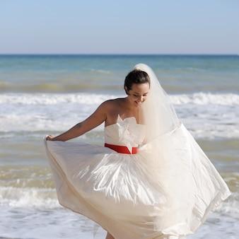 바다 해변에 산책하는 꽤 젊은 신부
