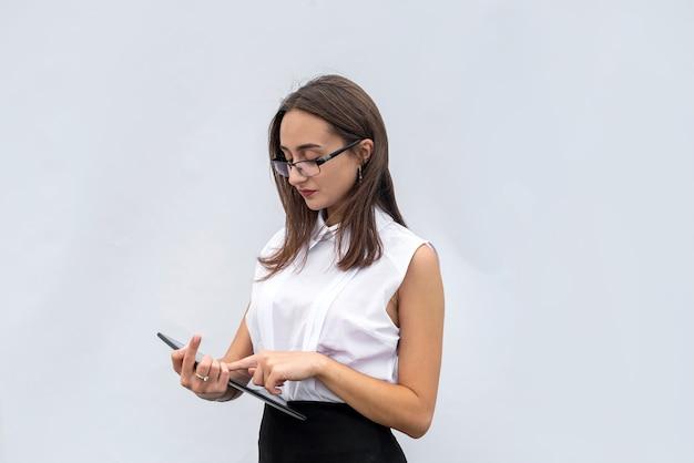 흰색 배경에 고립 된 디지털 태블릿 컴퓨터와 꽤 젊은 사업가