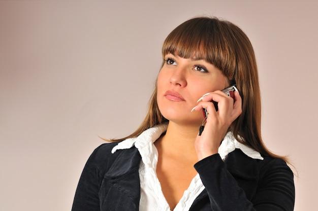 꽤 젊은 백인 백인 여자 얼굴 가까이 잡고 휴대 전화에 대 한 얘기.
