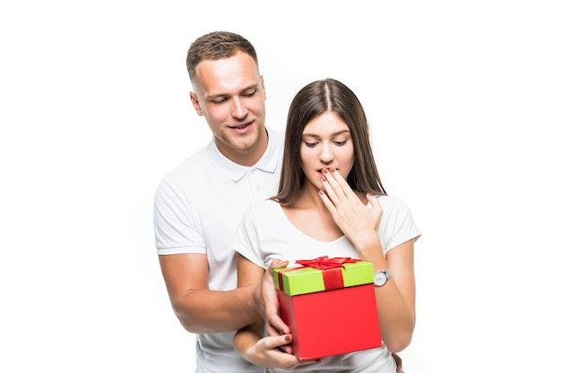 꽤 젊은 부부 남자는 흰색에 고립 된 그의 여자 빨간색 giftbox 놀라움을 제공