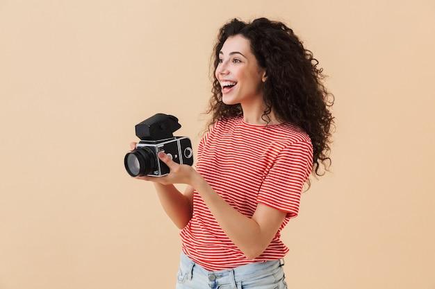 Довольно молодая кудрявая женщина-фотограф