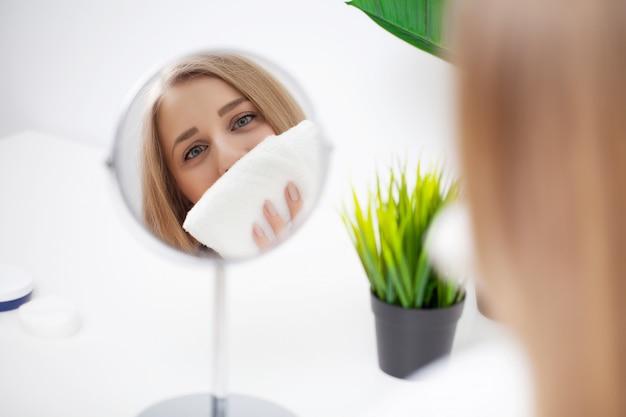 シャワーの後、鏡を見てかなり若い女性