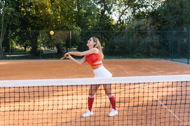 テニスコートでかなり、若い女性のテニス選手