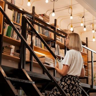 図書館でかなり若い女の子