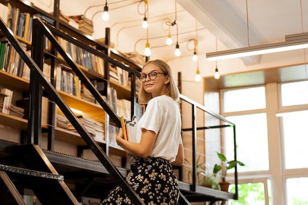 Довольно молодая девушка в библиотеке
