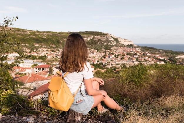 Довольно молодая девушка, наслаждаясь пейзажем