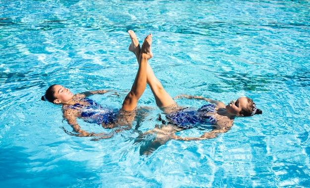 Ragazza graziosa che gode nuotare insieme