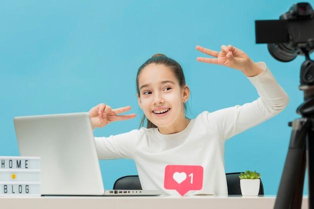 Хорошенькая молодая девушка снимается в личном блоге