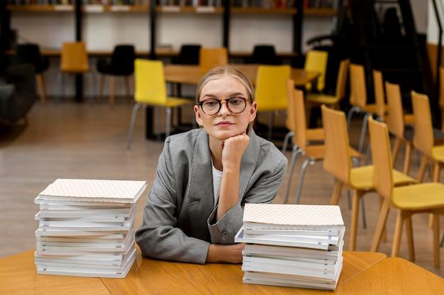 도서관에서 포즈를 취하는 아주 어린 소녀