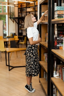 Довольно молодая девушка ищет книгу